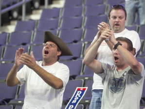 Arizona Ron Paul supporters boo Romney's son off stage