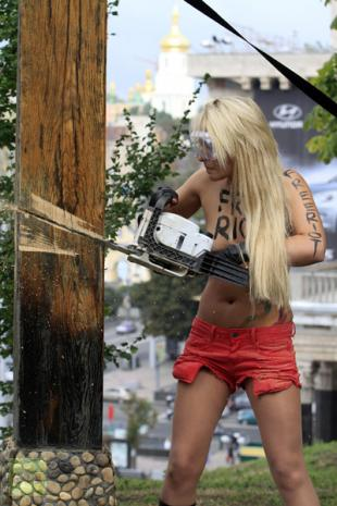 Pussy Riot solidarity: Topless Ukrainian activist chainsaws crucifix (PHOTOS, VIDEO)