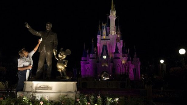 Holiday tourists overwhelm top Florida theme parks
