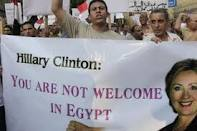 Egyptians pelt Clinton motorcade with tomatoes